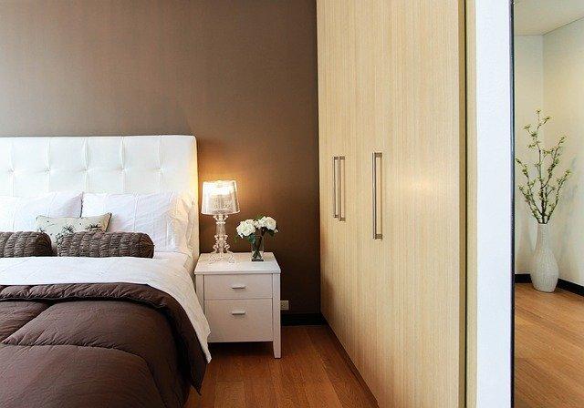 Szafy do zabudowy mimo, że optycznie są duże, to pozwalają zagospodarować wnęki w sypialni.