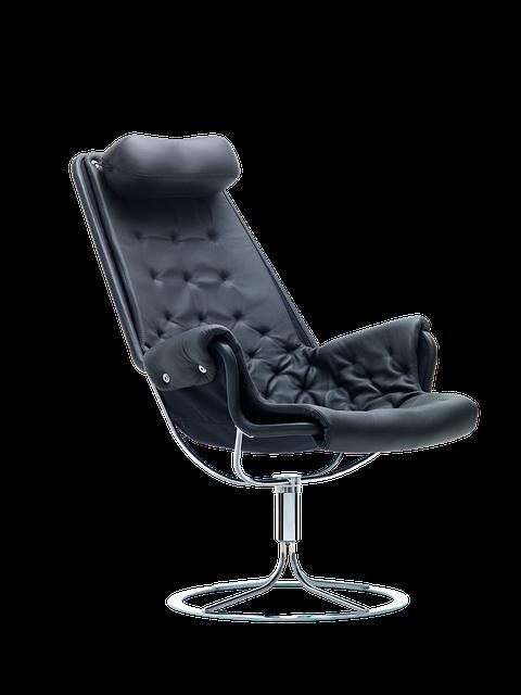 Dobre krzesło biurowe powinno mieć możliwość regulacji pochylenia oparcia.