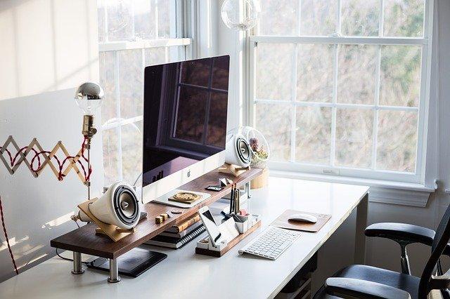 Biurko komputerowe posiada specjalne nadbudówki, które pozwalają ustawić monitor na odpowiedniej wysokości.
