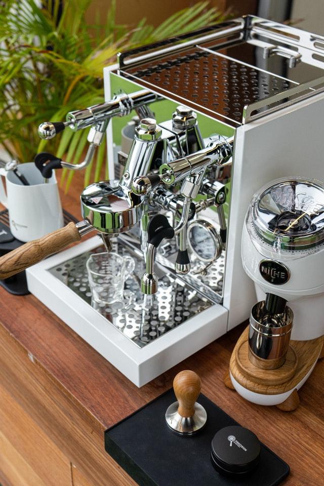 Ekspres mechaniczny wymaga wiedzy o sposobie parzenia kawy, można łatwo w nim zaparzyć porcję espresso potrzebną do sporządzenia wielu rodzajów kawy.