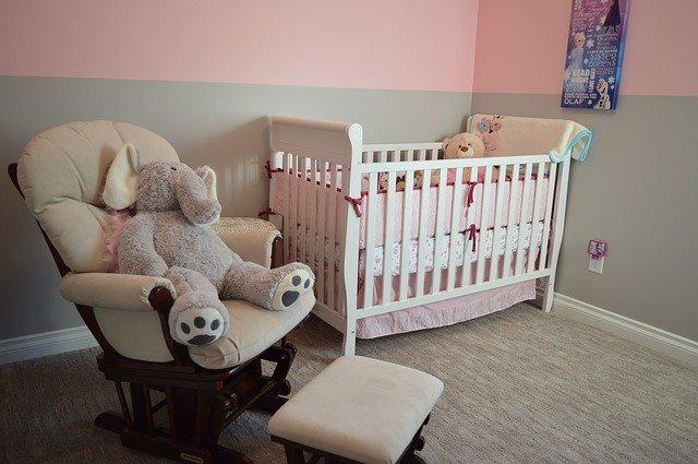 Materac do łóżeczka powinien być odpowiednio twardy, by zapewnić dziecku podparcie.