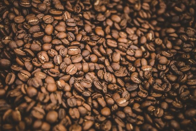 Kawa ziarnista idealnie nadaje się dla miłośników parzenia kawy o różnej mocy i w różny sposób.