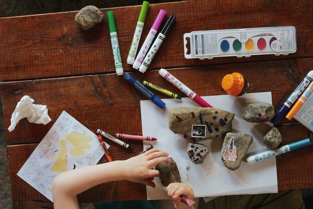 Biurko dziecięce to nie tylko stół do pracy, ale miejsce kreatywnych zabaw.