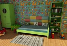 Zbyt krzykliwy pokój dziecięcy będzie dla malucha przytłaczający. Przy kolorowej tapecie wybierz jednolite meble.