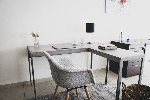 Biurko w kształcie litery L daje nam zdecydowanie więcej miejsca do pracy. Świetnie nadaje sie dla osób, które oprócz komputera potrzebują także blatu do pisania ręcznego.