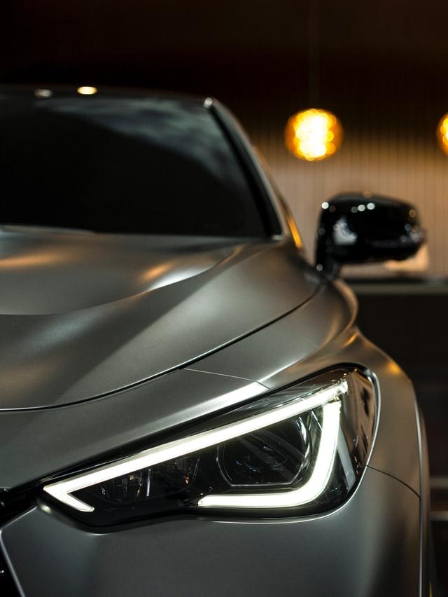 Myjąc samochód ważne jest także zadbanie o światła samochodowe. Jeśli będziemy je pomijać zaczną z czasem matowieć.
