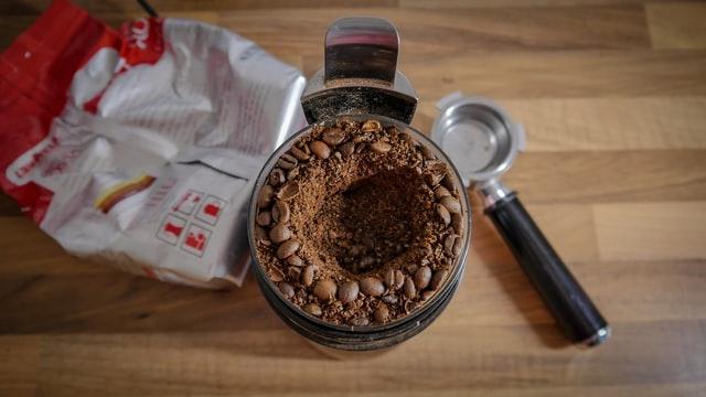 Młynek do kawy z ostrzmi może powodować, że kawa będzie nierówno zmielona.