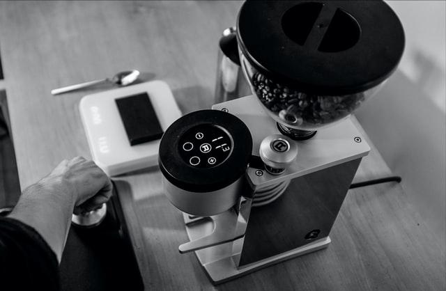 Młynek do kawy z odmierzaniem wagowym ziaren daje pewność, że zawsze będzie ich tyle samo.