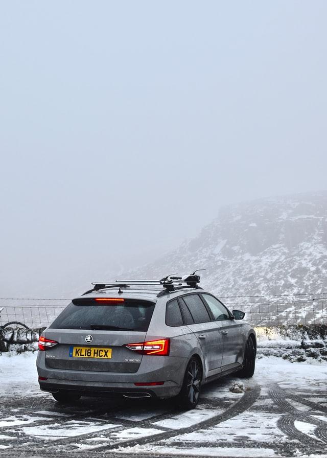 Wyprawa samochodem w czasie zimy wymaga szczególnej ostrożności i samochodu w dobrym stanie technicznym.