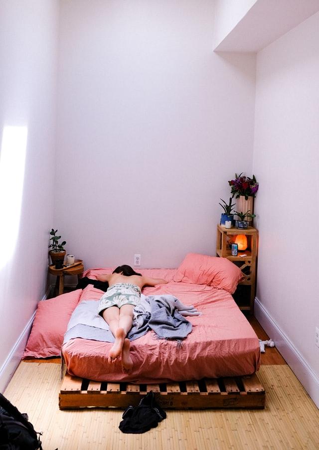 Łóżko powinno być w osobnym pomieszczeniu lub w wyznaczonej strefie, tak aby używać go tylko do spania.