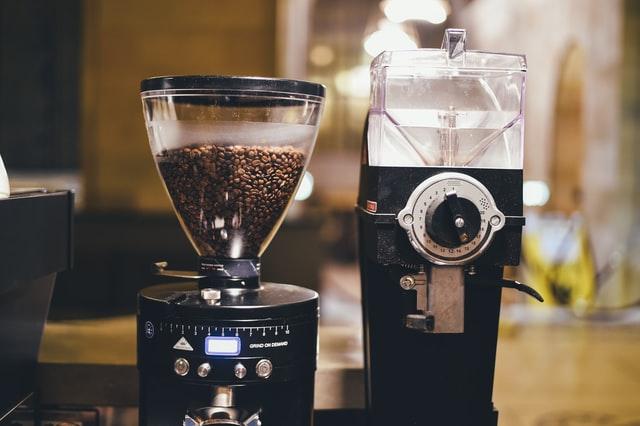 Dobrej jakości młynek do kawy jest w pełni automatyczny.
