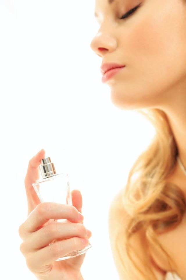 Przy stale rosnącej gamie perfum do wyboru, możesz się zastanawiać, dlaczego potrzebna ci mgiełka do ciała.