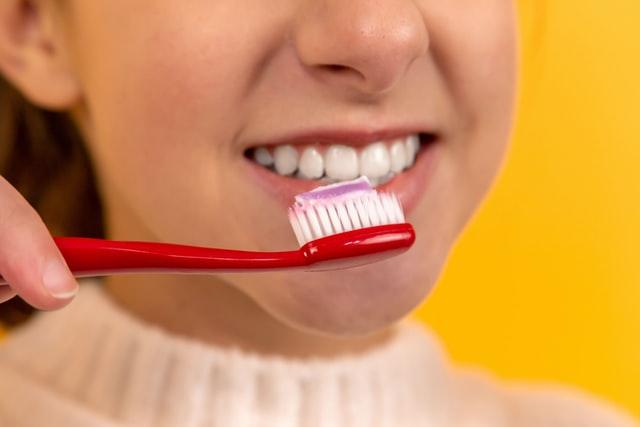 Domowa pasta do zębów nie zawiera fluoru