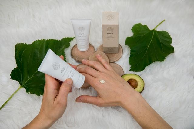 Coraz więcej firm stawia na kosmetyki naturalne i kosmetyczne.