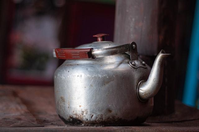 Zawsze dobrze jest wiedzieć, jak usunąć kamień z czajnika, aby za każdym razem przygotować idealną filiżankę ulubionej herbaty lub kawy. Kamień w czajniku tworzy się bowiem z substancji mineralnych naturalnie występujących w wodzie takich jak wapń czy magnez