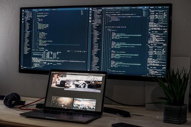 Duży monitor komputerowy podpinany jest często do laptopa.