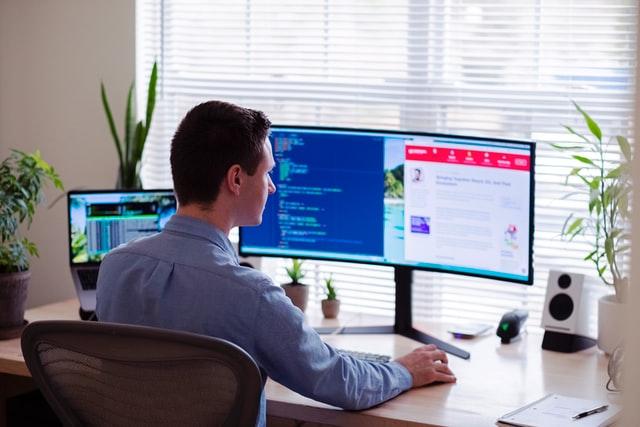 Zakrzywiony monitor świetnie się sprawdzi przy większym rozmiarze.