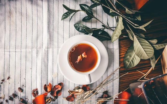 Najlepsze herbaty kwiatowe obejmują herbatki z kurkumy, herbaty imbirowe, herbaty z korzenia lukrecji, herbaty miętowe, herbaty rumiankowe i inne.