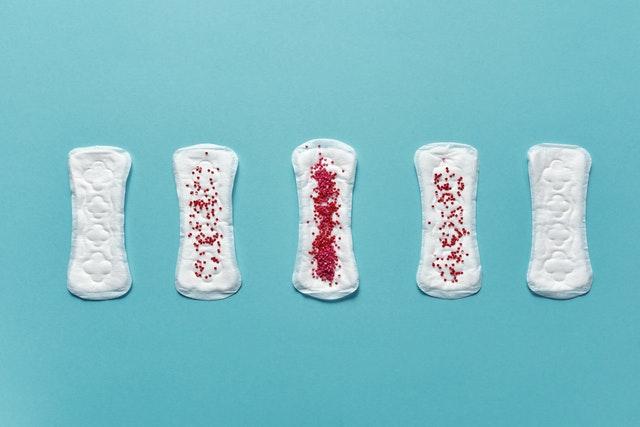 Podpaski to nowoczesne śmieci, które miały pomóc kobietom.