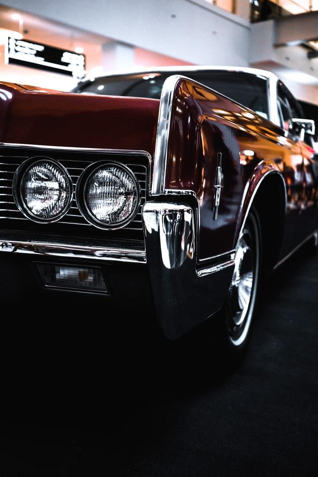 Im starsze auto, tym więcej uwagi należy poświęcić na dbanie o lakier samochodowy.