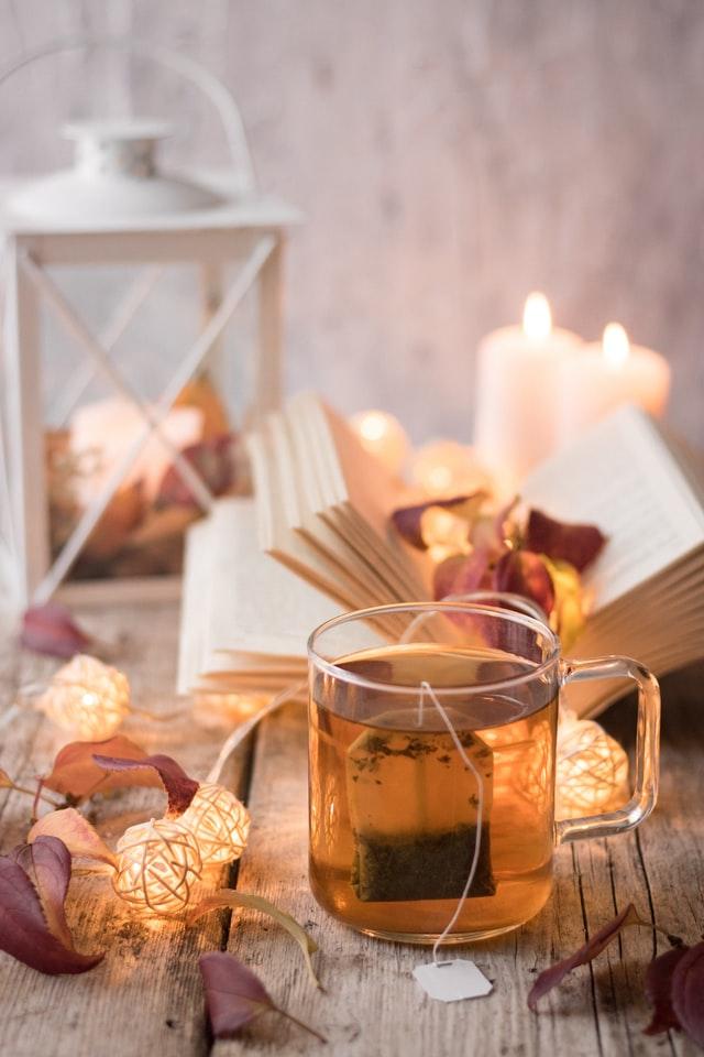 Herbata w papierowych saszetkach jest wygodną opcją dla osób, które lubią herbatę o określonej mocy - łatwość wyjęcia i pilnowania czasu parzenia jest tu zaletą.