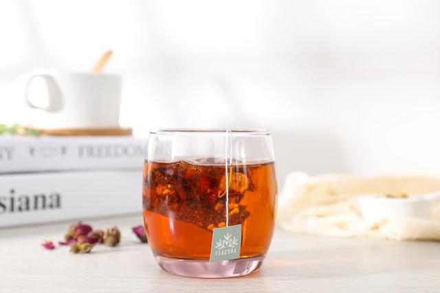 Jak parzyć herbatę zieloną? Co musisz wiedzieć o temperaturze i czasie parzenia?