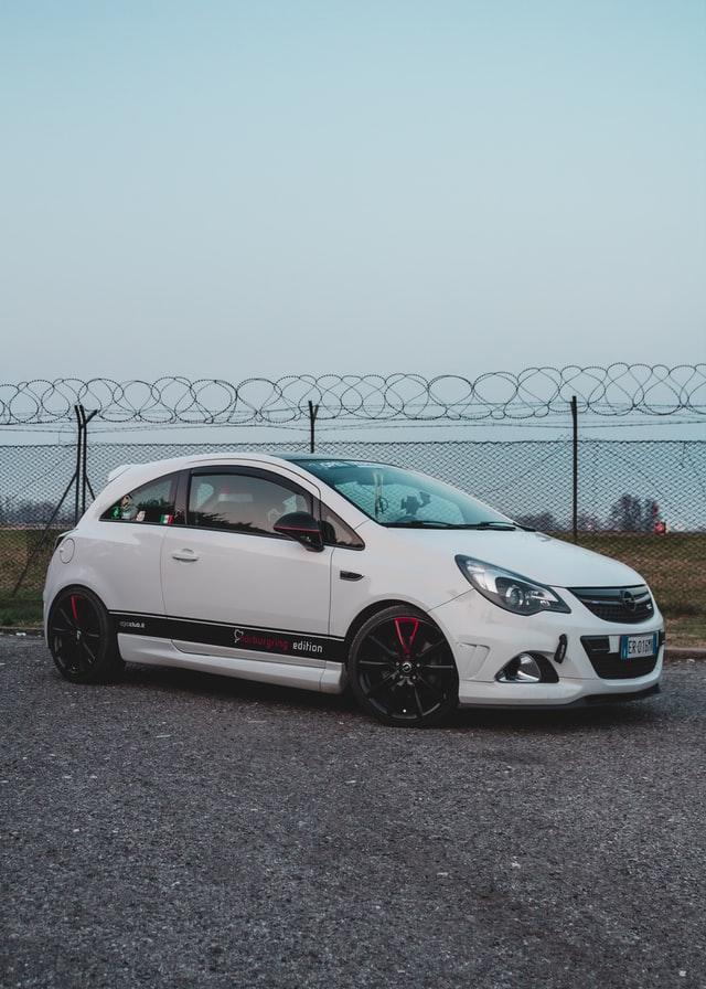 Kupno pierwszego auta to wyzwanie, jednak warto wybrać model tani i kompaktowy.